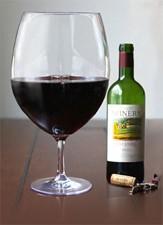Wijnglas waar hele fles wijn in kan